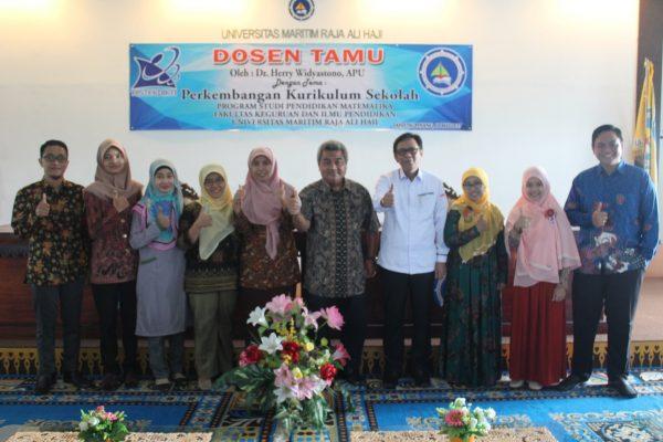 Kegiatan Kuliah Dosen Tamu Perkembangan Kurikulum Sekolah